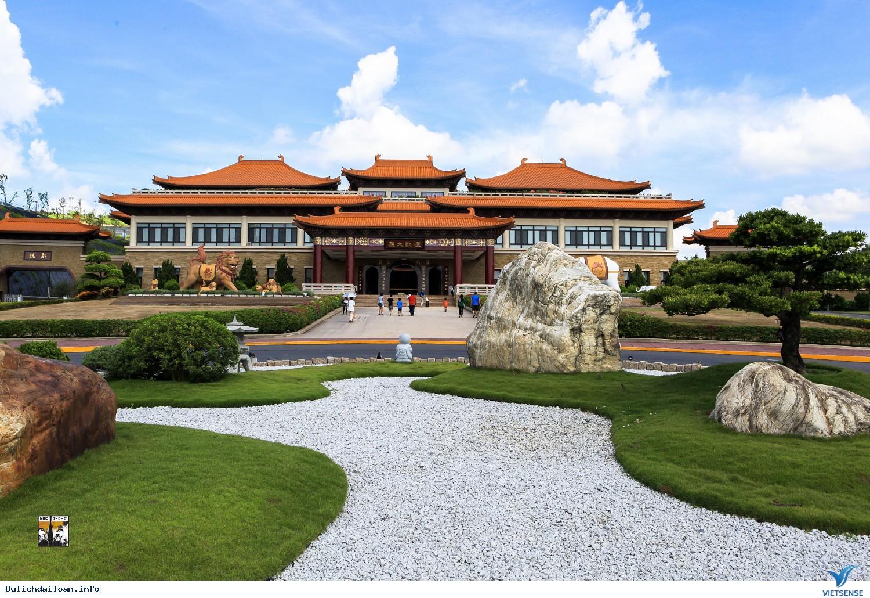 Ngôi đền nằm chênh vênh giữa vách núi ở đài loan
